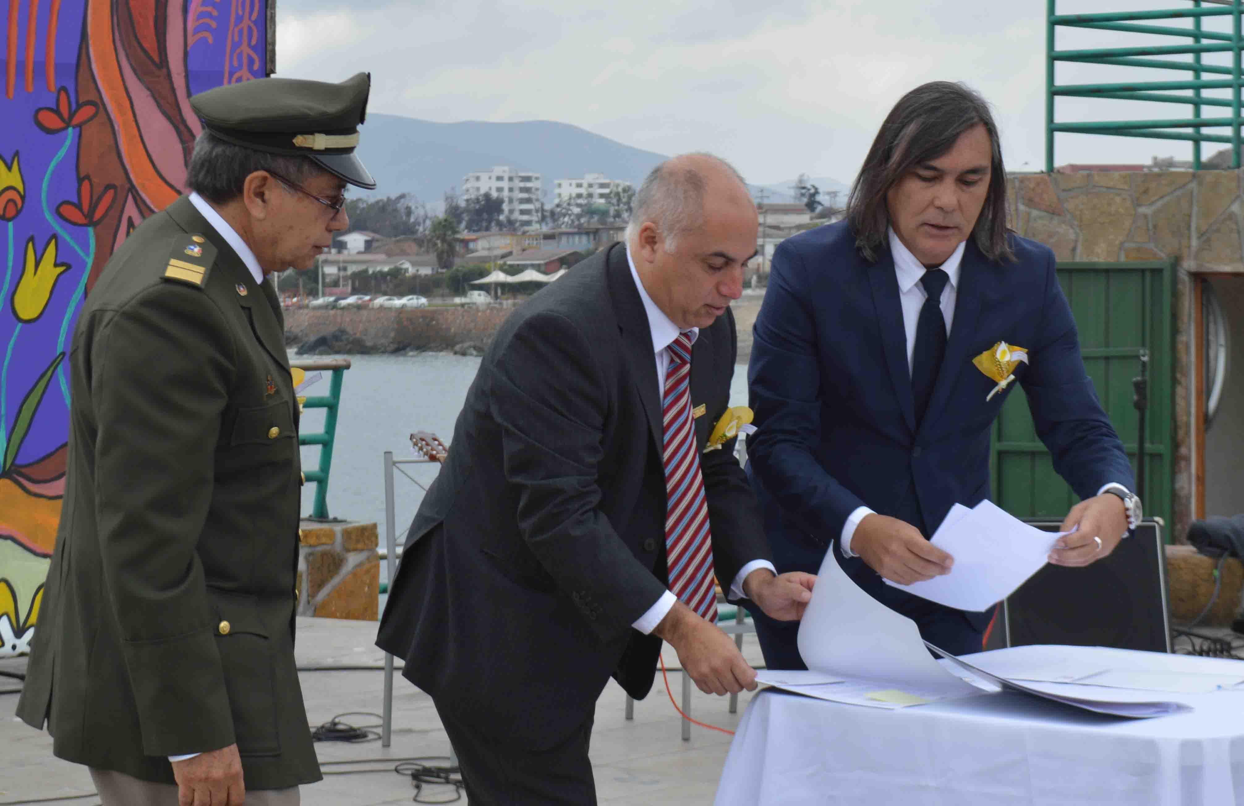 Alcalde Loyola firma convenio de seguro de vida para Bomberos de Huasco.